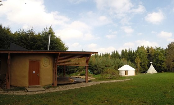 V popředí je budova lesní školky.