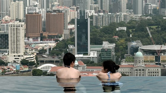 Pohled ze bazénu hotelu Marina Bay Sands na Singapur.