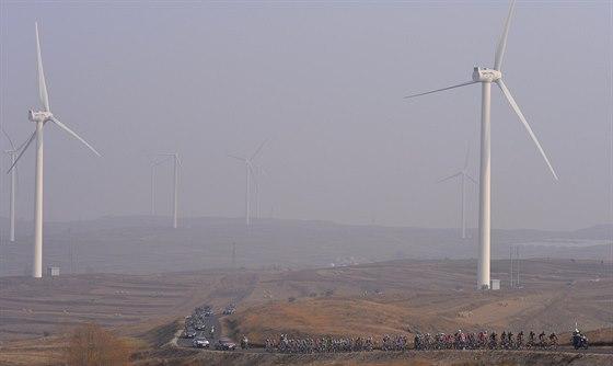 Cyklistický peloton a větrné elektrárny v mlze. Anebo až sem doputoval proslulý...