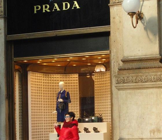 Kdo na n�kup v chr�mu konzumu nem�, alespo� se p�ed obchodem Prada vyfot�.