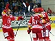 Hokejisté T�ince se radují z gólu na led� Komety Brno.