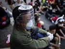 Demonstranté se vybavili ochrannými prostředky proti slznému plynu.