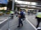 Policisté rozebrali barikády u vládního centra.