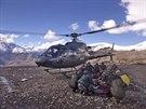 Nepálští vojáci transportují jednu z obětí laviny u soutěsky Thorong La (14....