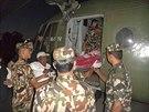 Nepálští vojáci transportují jednu z obětí laviny v okolí Annapurny (16. října...