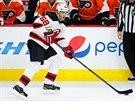 Jaromír Jágr rozehrává útočnou akci New Jersey v prvním kole NHL.