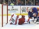 V brance NY Islanders skončil puk i autor gólu Jiří Tlustý z Caroliny. Brankář...