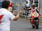 Marc Marquez a jeho triumfální gesto poté, co v Japonsku obhájil titul šampiona v MotoGP.