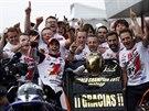Členové týmu Honda září nadšením, Marc Marquez (drží přilbu) obhájil titul ve třídě MotoGP.