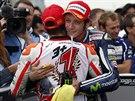 OBJETÍ OD LEGENDY. Marc Marquez obhájil trium v MotoGP, gratuluje mu Valentino Rossi.