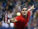 Roger Federer se natahuje po míčku ve finále na turnaji v Šanghaji.