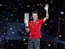 Roger Federer se usmívá. Trofej na turnaji v Šanghaji musel opravdu vydřít.