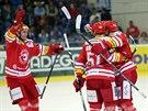 Hokejisté Třince se radují z gólu na ledě Komety Brno.