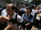 Policistka se sna�� zastavit rozzu�en�ho odp�rce prodemokratick�ch aktivist� v...