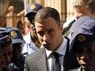Oscar Pistorius přichází k soudu (13. října 2014).