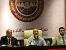 Libyjský parlament zasedá v konferenční místnosti hotelu v Tobrúku.