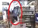 Hledaný muž podezřelý z krádeže příruční tašky.