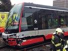 V Olšanské ulici došlo ke střetu tramvaje a policejního vozu. Ten byl po srážce...