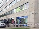 Neznámý pachatel přepadl pobočku banky v Prosecké ulici, utekl s desítkami...