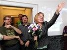 Momentka z volebního štábu Strany Zelených. Lídryně Jana Drápalová s květinou...