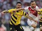 Ilkay Gündogan (vlevo), záložník Dortmundu, bojuje o míč s Dušanem Šventem...