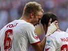 Kevin Vogt (vlevo), fotbalista Kol�na nad R�nem, se raduje se spoluhr��i ze...