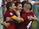 GÓLOVÁ OSLAVA. Fotbalisté AS Řím se radují z prvního gólu v utkání proti Chievu...