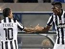 Paul Pogba (vpravo), záložník italského Juventusu, přijímá gratulace ke...