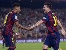 RADOST HVĚZD. Útočníci Lionel Messi (vpravo) a Neymar se radují z gólu do sítě...