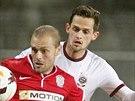 Brněnský fotbalista Roman Fischer (druhý zleva) se snaží uspět proti Mariu...