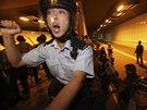 Stovky příslušníků hongkongské policie v úterý vtrhly do tunelu poblíž vládního...