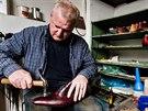 Začínal ve sklepě s opravou bot, teď dělá luxusní obuv pro zákazníky, kteří ji...