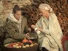 Linda s Katkou pečou lilek a chystají baba ganuš