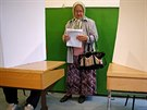 Žena z obce Potočari u Srebrenice se chystá odevzdat svůj hlas ve všeobecných...