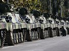 Srbský voják čistí týden před ostře sledovanou přehlídkou obrněné transportéry...