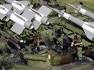 Srbský voják připravuje techniku na ostře sledovanou vojenskou přehlídku, které...