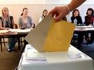 Voliči v Chebu odevzdávají hned dvě obálky - první s hlasy pro komunální volby,...