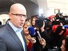 Premiér Bohuslav Sobotka odpovídá na dotazy novinářů při příchodu do volebního...