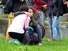 Zdrcení studenti obchodní akademie před budovou školy ve Žďáru nad Sázavou....