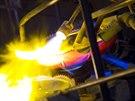 U �erstv� vylisovaných výrobk� se otavují ostré hrany pomocí plynových ho�ák�.