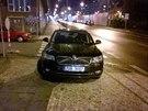 Zaparkované auto poslance hnutí ANO Jana Volného na chodníku u Veletržního...