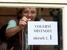 Ludmila Jelínková připravuje volební místnost v Chebu. (17. října 2014)
