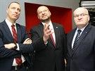 Jan Wolf (zleva), Jan Bartošek a Daniel Herman sledují průběžné výsledky...