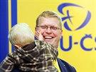 P�edseda KDU-�SL Pavel B�lobr�dek dorazil do pra�sk�ho volebn�ho �t�bu se synem...