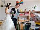 Ženich s nevěstou vzbudili na hradecké Habrmanově základní škole značnou...