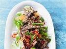 Křupavý nudlový salát s jehněčím, také ze zbytků - tedy pokud doma pečete jehněčí... Repro z knihy Vařte chytře jako Jamie (MLD Publishing, s.r.o., 2014)