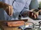 Připravené kousky lososa osolte...