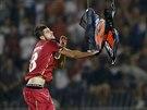 Srbský stoper Stefan Mitrovič stahuje vlajku Velké Albánie během kvalifikačního...