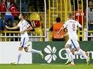 NAHÁNĚNÍ STŘELCE. Tomáš Sivok (vlevo) slaví gól proti Turecku, Češi spěchají s gratulacemi.