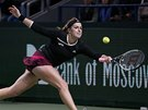 DOBĚHNU TO. Anastasia Pavljučenkovová ve finále turnaje v Moskvě.